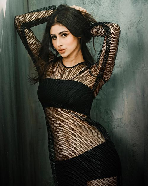 mouni roy cleavage in pink dress hot bollywood actress (1)